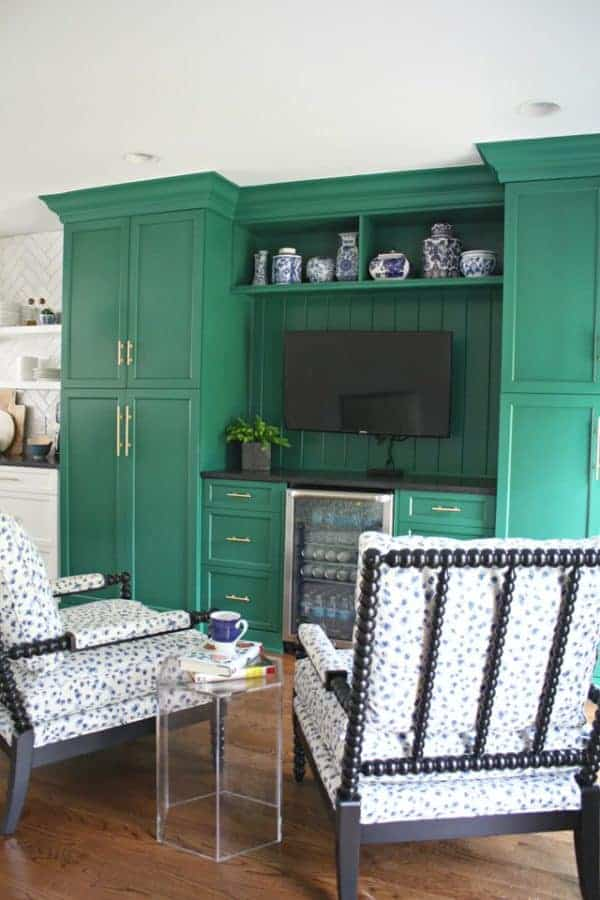 green_kitchen_sitting_area.png_thumb